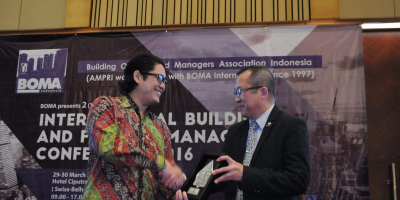 Eddy Leks shaking hand with Chairman of BOMA Indonesia